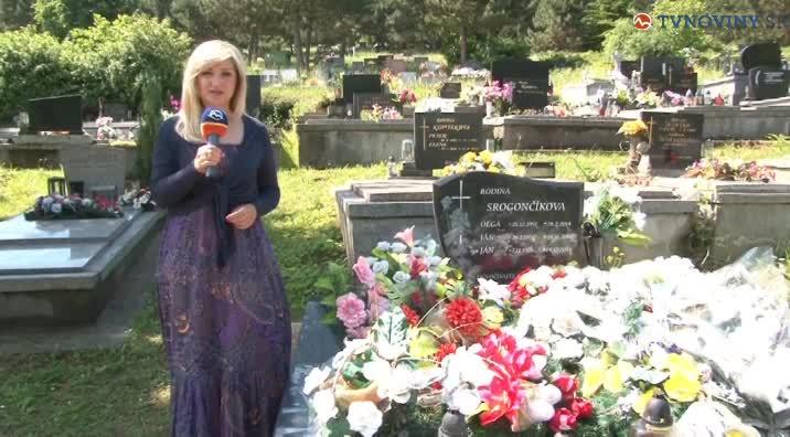 Cesta vedie cez cintorín